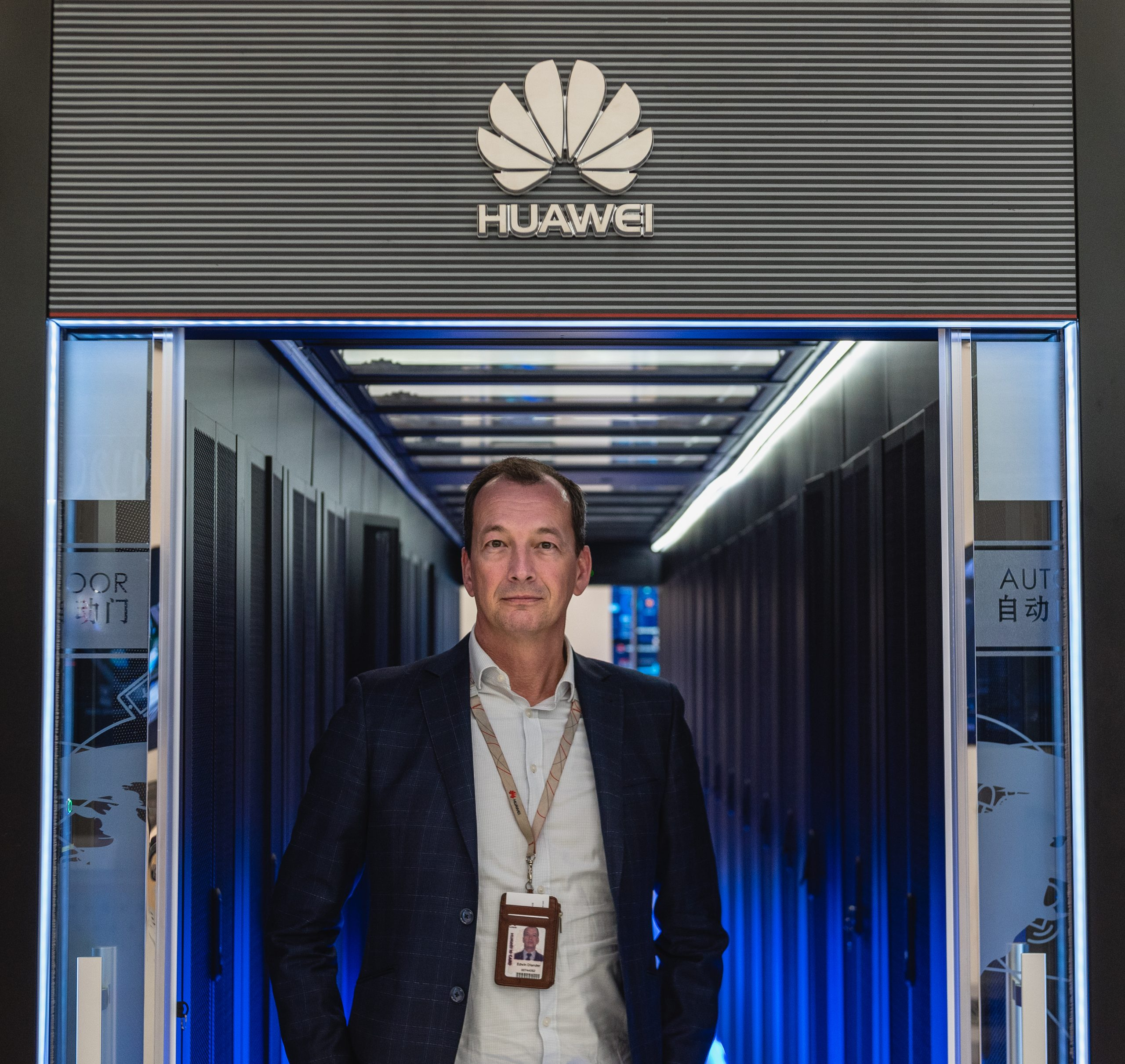 Edwin Diender, Chief Digital Transformation Officer von Huawei, posiert für ein Porträt neben Cloud-Datenspeichereinheiten. Foto: Aidan Marzo