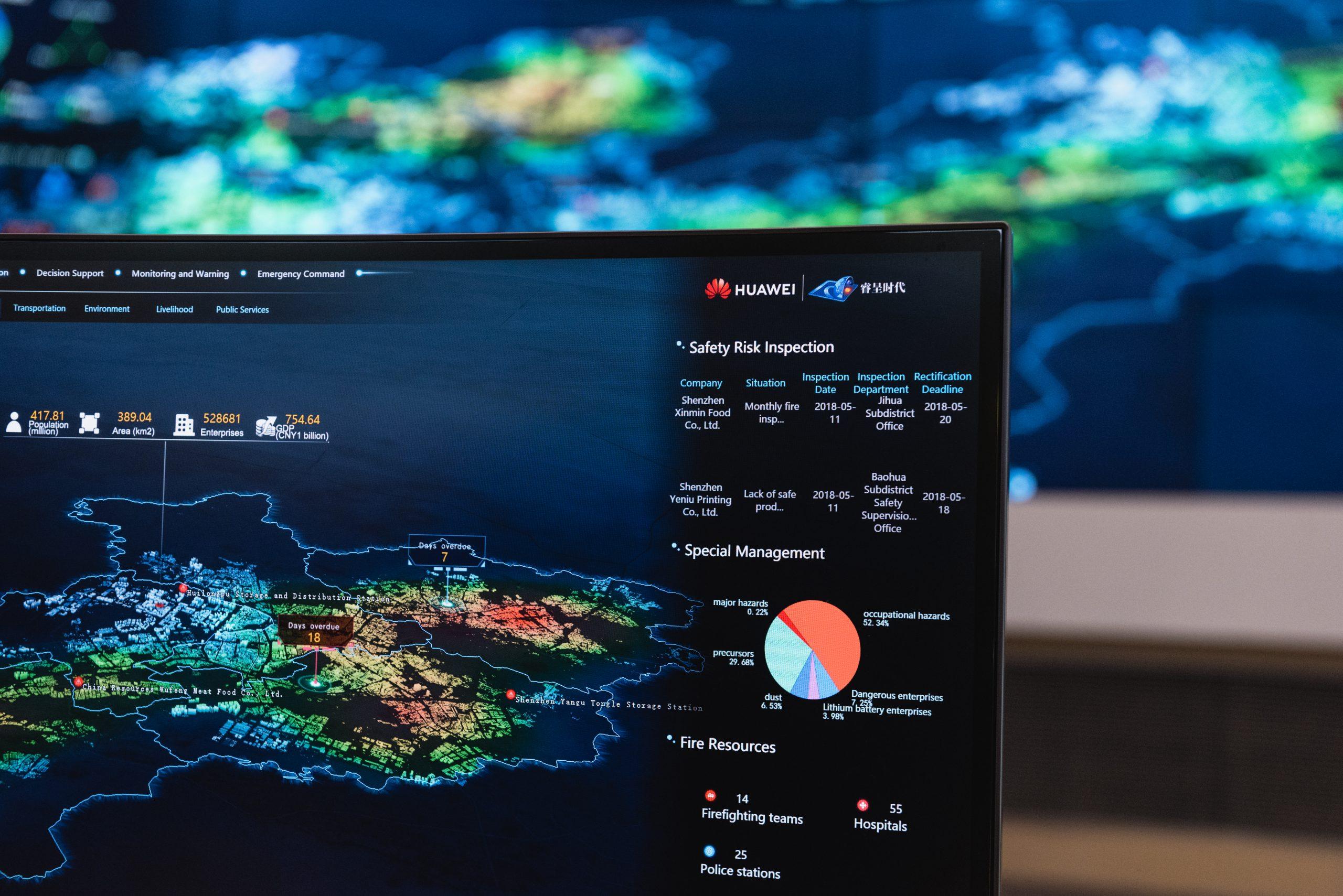 """Auf einem Computer, auf dem ein Modell des """"Smart City Operations Center"""" von Huawei ausgeführt wird, werden verschiedene Datensätze zum aktuellen Zustand der Stadt angezeigt. Foto: Aidan Marzo"""