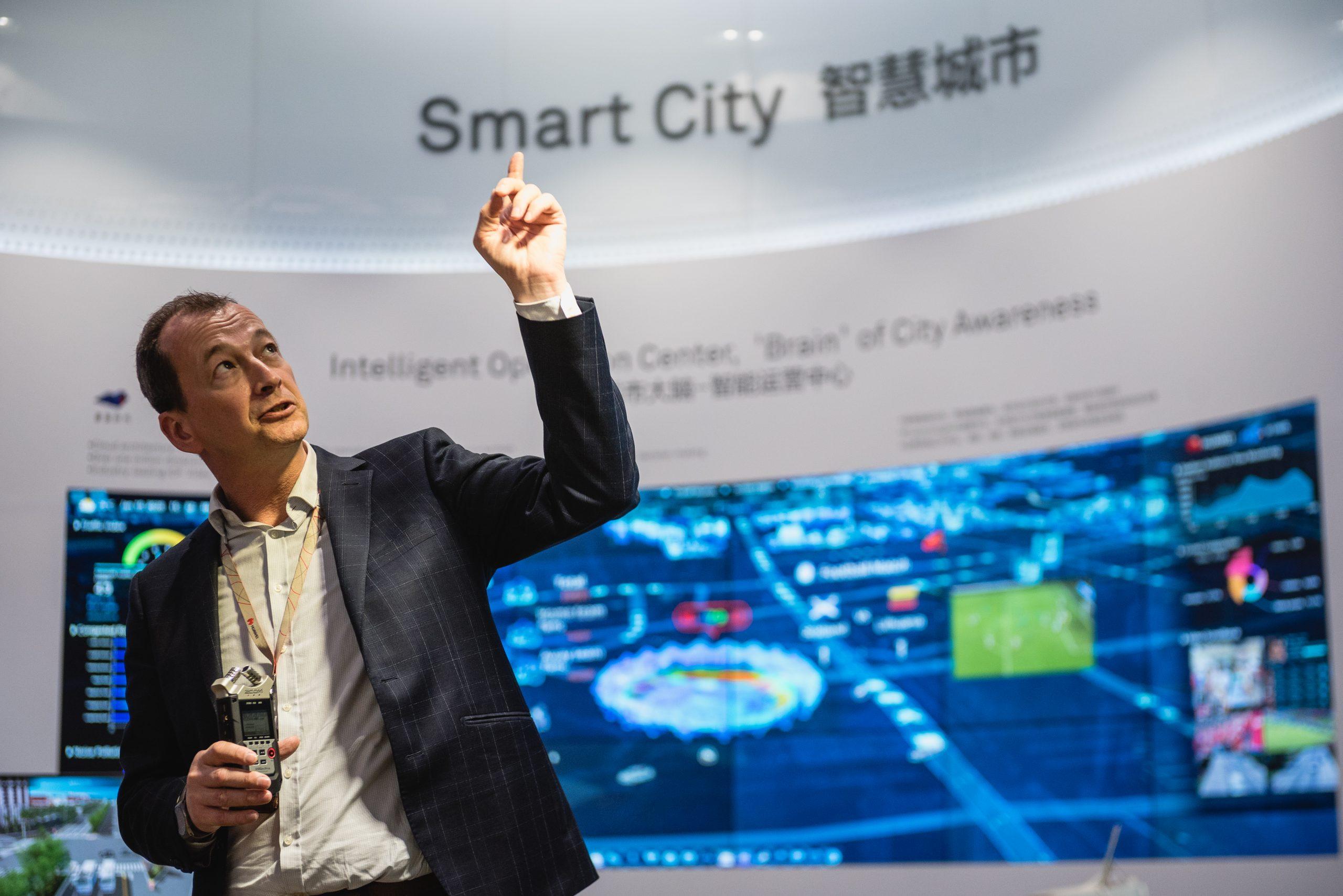 Edwin Diender, Chief Digital Transformation Officer, beschreibt die verschiedenen Technologien der Smart City-Lösungen von Huawei. Foto: Aidan Marzo